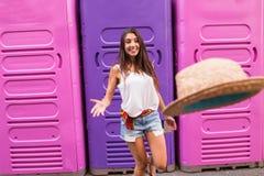 Młoda kobieta rzuca kapelusz Zdjęcie Stock
