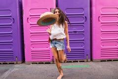 Młoda kobieta rzuca kapelusz Zdjęcia Stock