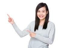 Młoda kobieta seansu palca punkt up Obraz Royalty Free