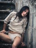 Młoda kobieta siedzi na betonowym schody Obrazy Royalty Free