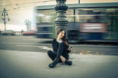 Młoda kobieta sprawdza jej telefon komórkowego Obrazy Royalty Free