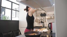 M?oda kobieta stoi bezczynnie kuchenk? w kuchni i przygotowywa ?niadanie dla rodziny, styl ?ycia wideo everyone zbiory wideo