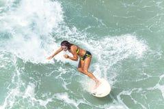 Młoda kobieta surfing Obrazy Royalty Free
