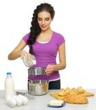 Młoda kobieta szef kuchni przygotowywa jedzenie Obraz Stock