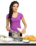 Młoda kobieta szef kuchni przygotowywa jedzenie Obrazy Stock