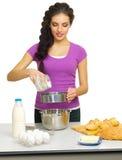 Młoda kobieta szef kuchni przygotowywa jedzenie Obraz Royalty Free