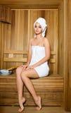Młoda kobieta target179_0_ w sauna Zdjęcie Stock