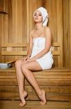 Młoda kobieta target179_0_ w sauna Zdjęcia Stock