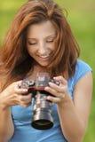 Młoda kobieta target147_0_ przy ekran Zdjęcia Royalty Free