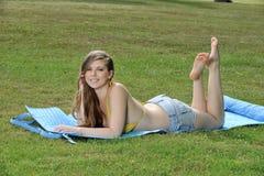 Młoda kobieta target960_0_ lato - Zdjęcie Stock
