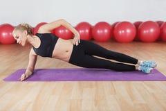 Młoda kobieta trening w gym Fotografia Stock