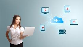 Młoda kobieta trzyma laptop i przedstawia chmury oblicza netw Zdjęcia Stock