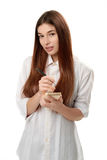 Młoda kobieta trzyma pióro i notepad Zdjęcia Stock