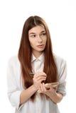 Młoda kobieta trzyma pióro i notepad Fotografia Royalty Free