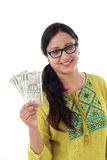 Młoda kobieta trzyma 500 rupii notatki Obrazy Stock