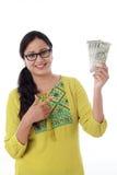 Młoda kobieta trzyma 500 rupii notatki Zdjęcie Royalty Free