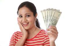 Młoda kobieta trzyma 500 rupii notatki Zdjęcie Stock