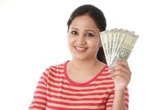 Młoda kobieta trzyma 500 rupii notatki Obraz Stock