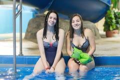 Młoda kobieta w aqua parku Obrazy Royalty Free