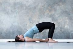 M?oda kobieta w ardha chakrasana joga pozie fotografia royalty free