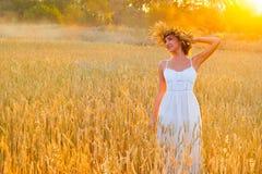 Młoda kobieta w biel sukni w polu Zdjęcia Royalty Free