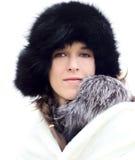 Młoda kobieta w czarnym futerkowym kapeluszu Fotografia Royalty Free