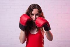 M?oda kobieta w czerwonych bokserskich r?kawiczkach na r??owym tle obraz royalty free