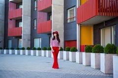Młoda kobieta w czerwonym odprowadzeniu na ulicie Zdjęcie Stock