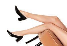 M?oda kobieta w eleganckich butach na krze?le przeciw bia?emu t?u obraz royalty free