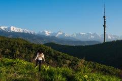Młoda kobieta w górach, Almaty, Koktobe Zdjęcia Stock