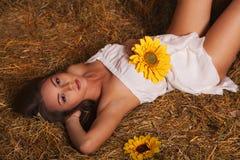 Młoda kobieta w hayloft Fotografia Royalty Free