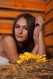 Młoda kobieta w hayloft Zdjęcie Royalty Free