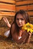Młoda kobieta w hayloft Fotografia Stock