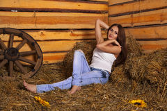 Młoda kobieta w hayloft Obrazy Royalty Free