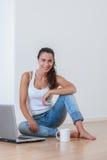 Młoda kobieta w jej nowym domu Fotografia Royalty Free