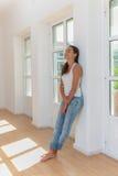 Młoda kobieta w jej nowym domu Obrazy Stock