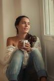Młoda kobieta w jej nowym domu Zdjęcia Royalty Free