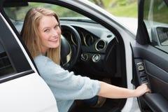 Młoda kobieta w kierowcy siedzeniu Zdjęcie Royalty Free