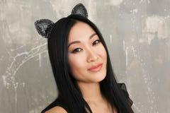 Młoda kobieta w kotów ucho Fotografia Royalty Free