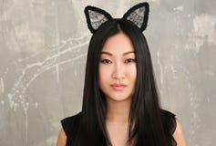 Młoda kobieta w kotów ucho Zdjęcia Royalty Free