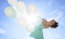 Młoda kobieta w mienia smokingowych balonach Obraz Royalty Free