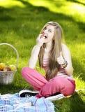 Młoda kobieta w naturze jest mój hobby Zdjęcie Stock