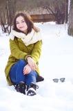Młoda kobieta w parku w zimie Obraz Stock