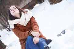 Młoda kobieta w parku w zimie Zdjęcia Stock
