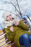 Młoda kobieta w parku w zimie Obrazy Stock