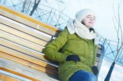 Młoda kobieta w parku w zimie Zdjęcia Royalty Free