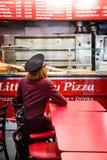 Młoda kobieta w pizzeria Zdjęcia Stock