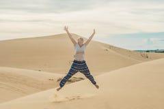 Młoda kobieta w pustyni, Wietnam Obraz Royalty Free