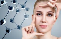 M?oda kobieta w?r?d szklanych moleku? zdjęcie royalty free