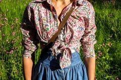 Młoda kobieta w retro ubraniowej pozyci w polu Fotografia Stock